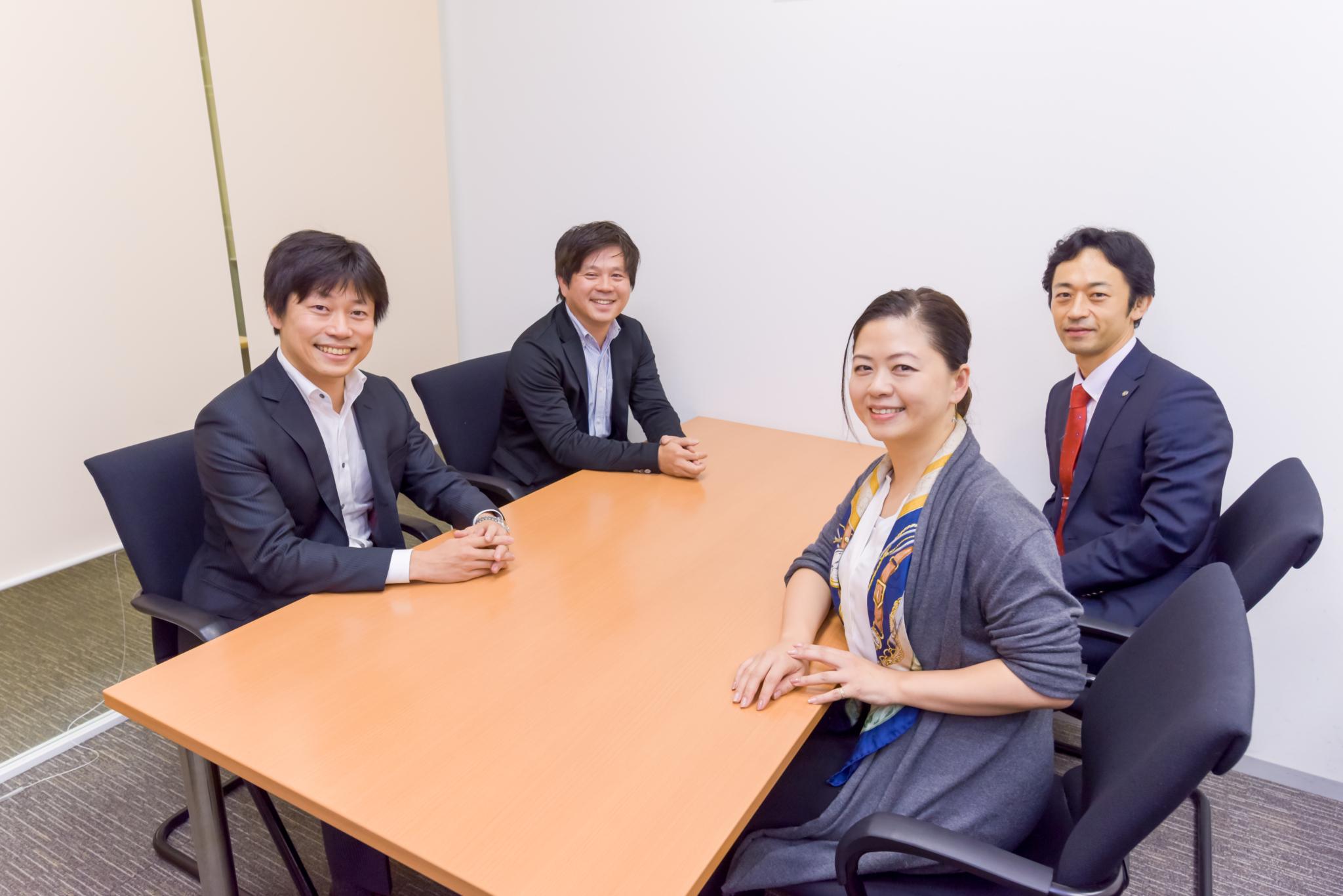 企業経営戦略コース修了生の皆さん 左から 渡辺さん、河邉さん、近藤さん、山崎さん
